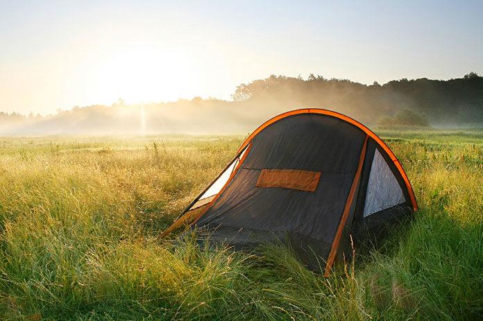 Letnie biwakowanie, czyli co zabrać ze sobą pod namiot?